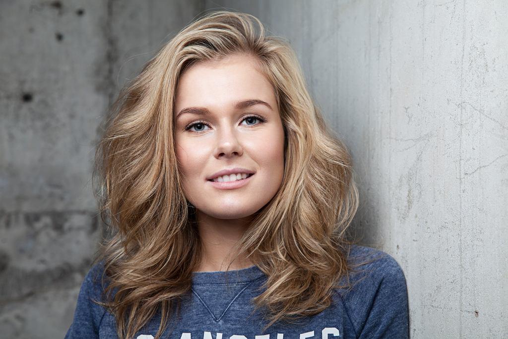 Miodowy blond to hit koloryzacyjny na wiosnę. Jak osiągnąć ten efekt?