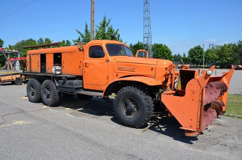 Ził z pługiem wirnikowym. Z tyłu zamontowany jest silnik od czołgu i zbiorniki paliwa.
