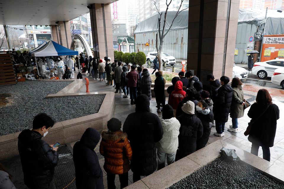 10.03.2020, Seul, Korea Południowa, kolejka do laboratorium w którym wykonuje się testy na koronawirusa.