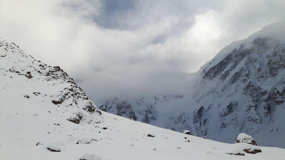 Nanga Parbat skryta w chmurach. Widok z Diamir Base Camp