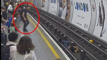 Mężczyzna na peronie metra nie wahał się ani chwili, fot. Twitter/British Transport Police