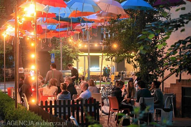 Ogródek przy kawiarni Francuska 30 w Warszawie