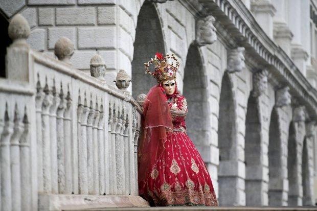 Zdjęcie numer 0 w galerii - Karnawał w Wenecji pod specjalnym nadzorem. Na ulicach piękne maski i uzbrojeni antyterroryści