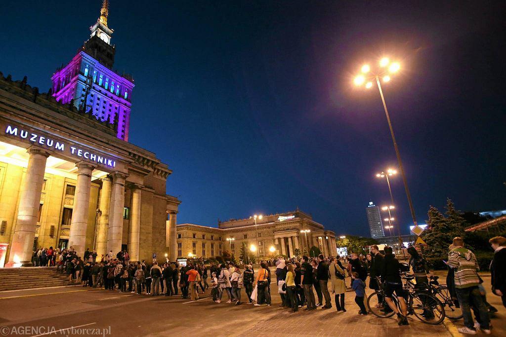 Muzeum Techniki w Warszawie. Kolejka chętnych do zwiedzenia podczas Nocy Muzeów