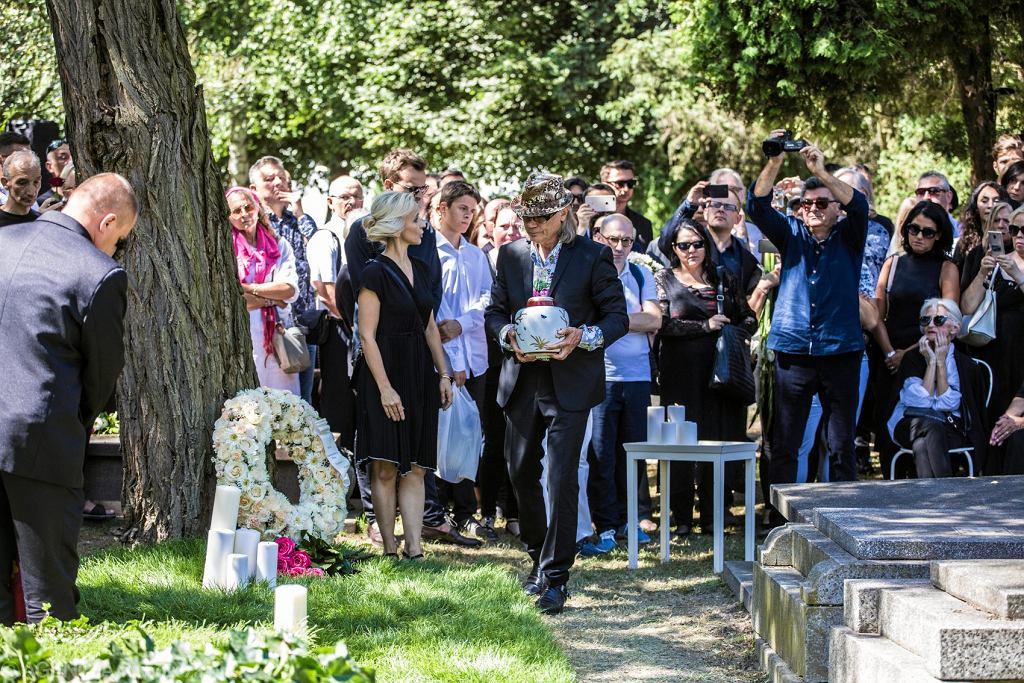 <Pogrzeb Kory na Cmentarzu Wojskowym na Powazkach w Warszawie