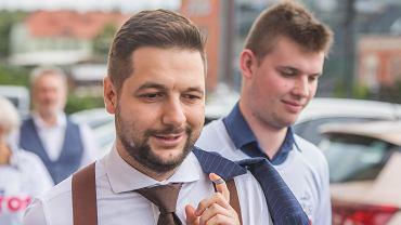 Kandydat na prezydenta Warszawy Patryk Jaki przyjechał do Bydgoszczy, żeby poprzeć kandydata na prezydenta Bydgoszczy - Tomasza Latosa. Podczas szybkiego spaceru ulicami miasta pojawiły się grupy protestujących przeciwników PiS.