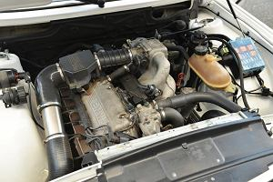 Silnik się przegrzewa - co robić? Czy można jechać dalej? Przyczyny i koszty