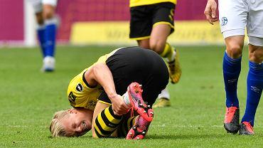 Erling Haaland zwija się z bólu podczas meczu Borussia Dortmund - Schalke