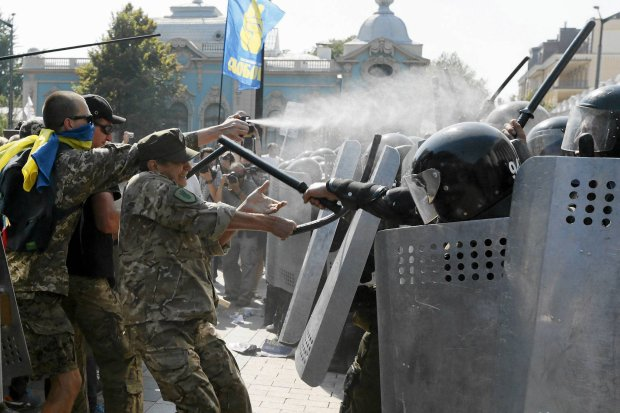 Zdjęcie numer 0 w galerii - Szturm na parlament w Kijowie. Tłum użył granatów [GALERIA ZDJĘĆ]