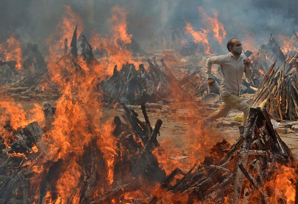 Zbiorowe groby w Indiach dla ofiar COVID-19
