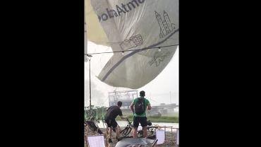 Kraków. Nawałnica rozerwała ogromny balon widokowy na strzępy