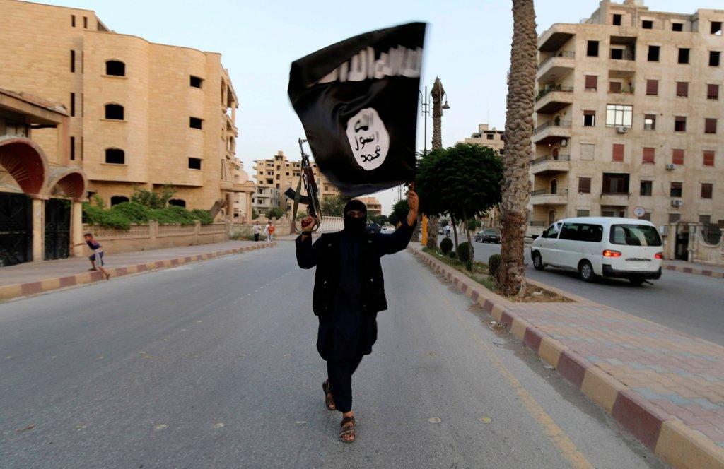 Zwolennik ISIL z flagą ugrupowania