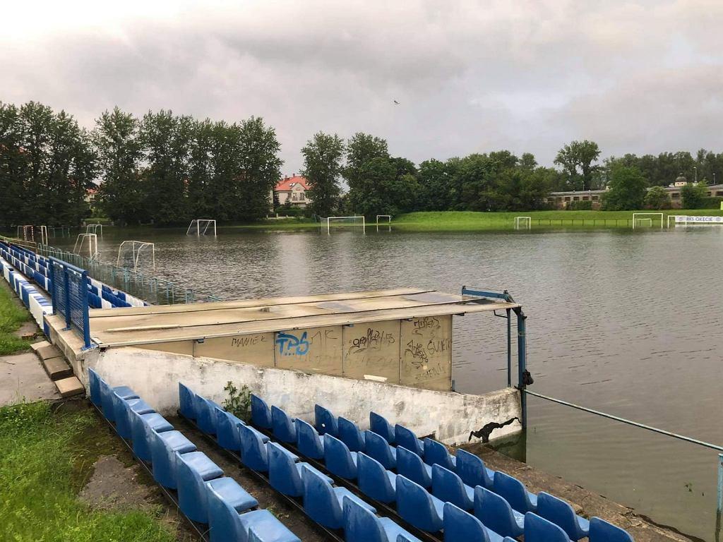 Zalane boisko RKS Okęcie Warszawa