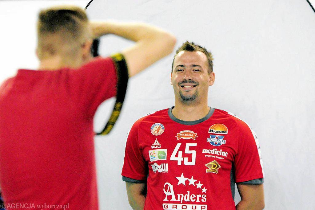Dominik Droździk, obrotowy Warmii Traveland Olsztyn podczas sesji zdjęciowej drużyny w Kortowie