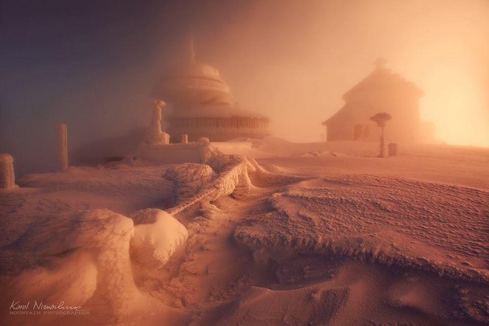 Zimowy poranek na Śnieżce w Karkonoszach