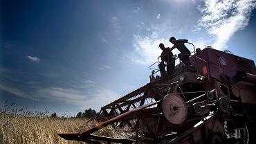 Rolnicy zaczęli dostrzegać negatywny wpływ ustawy o ziemi na rynek. Ponad 60 proc. z nich uważa, że nowe przepisy utrudniają sprzedaż ziemi także innym rolnikom, 47 proc. wini nowe przepisy o spowodowanie spadku cen gruntów na wsi, a 40 proc. jest przekonanych, że w rezultacie ich wejścia w życie dochodzi do dewastacji ziemi rolnej.