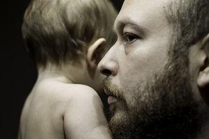 """""""Taki z ciebie duży facet, poradzisz sobie"""". Psycholog: Ojcowie nie potrafią okazywać, że kochają synów"""