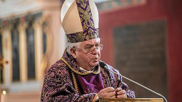 Biskup krytykuje ograniczenie ruchu samochodowego.