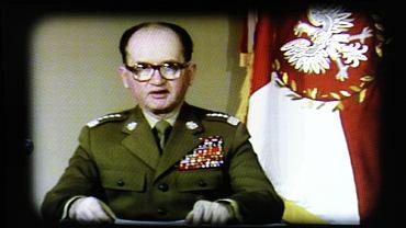 Generał Wojciech Jaruzelski ogłasza wprowadzenie stanu wojennego ze specjalnego studia w jednostce wojskowej przy Żwirki i Wigury, które nazywano bunkrem.