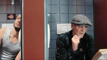 Poczytaj mi Wrocław. 23 kwietnia Wrocław obejmie tytuł Światowej Stolicy Książki UNESCO. 'Czytać mi się chce!' - woła Lech Janerka i zamyka się w toalecie z tomem 'Cyberiady' Lema, a Olga Tokarczuk fragmentem Szekspirowskiej 'Burzy' odrywa od pracy mechanika w serwisie - tak wyglądają spoty 'Poczytaj mi Wrocław' promujące to święto