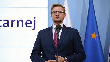 Michał Woś na konferencji w KPRM dot. Światowego Dnia Pomocy Humanitarnej
