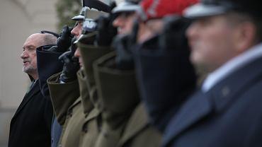 Obecny minister obrony w rządzie PiS Antoni Macierewicz (n/z) - dziewięć lat temu, jako ówczesny wiceminister, dopuścił do tajnych dokumentów urzędnika MON Jacka Kotasa, który wiele lat był we władzach spółek Grupy Radius. Udziałowcy tej grupy mieli powiązania z rosyjskim KGB/FSB