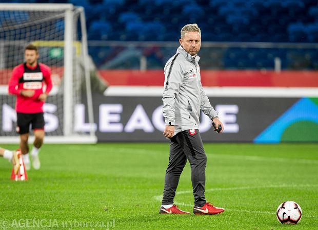 Selekcjoner reprezentacji Polski Jerzy Brzęczek (l) podczas treningu piłkarzy.  Chorzów, Stadion Śląski, 10 października 2018