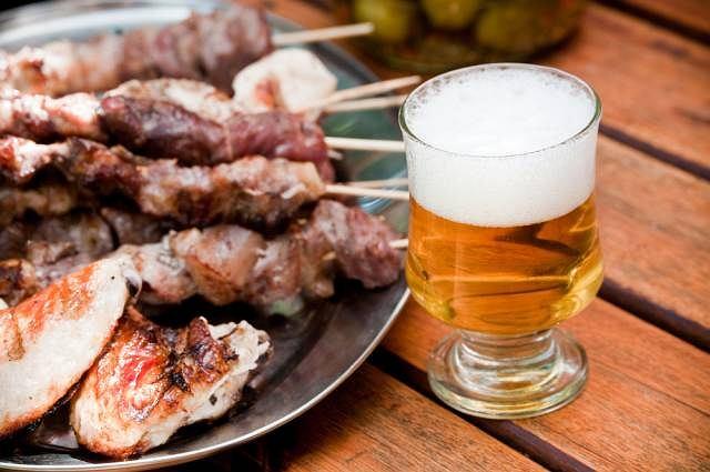 Tłuste jedzenie, alkohol mogą być dla wątroby bardzo niebezpieczne i prowadzić do jej stłuszczenia, czyli do odkładania w jej komórkach drobin tłuszczu
