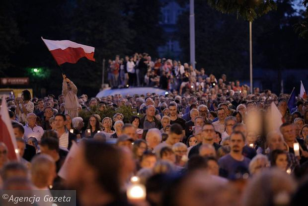 Zdjęcie numer 0 w galerii - Tłumy przed Sądem Okręgowym w Łodzi. Kolejny dzień protestów przeciwko zmianom PiS w sądownictwie [ZDJĘCIA]