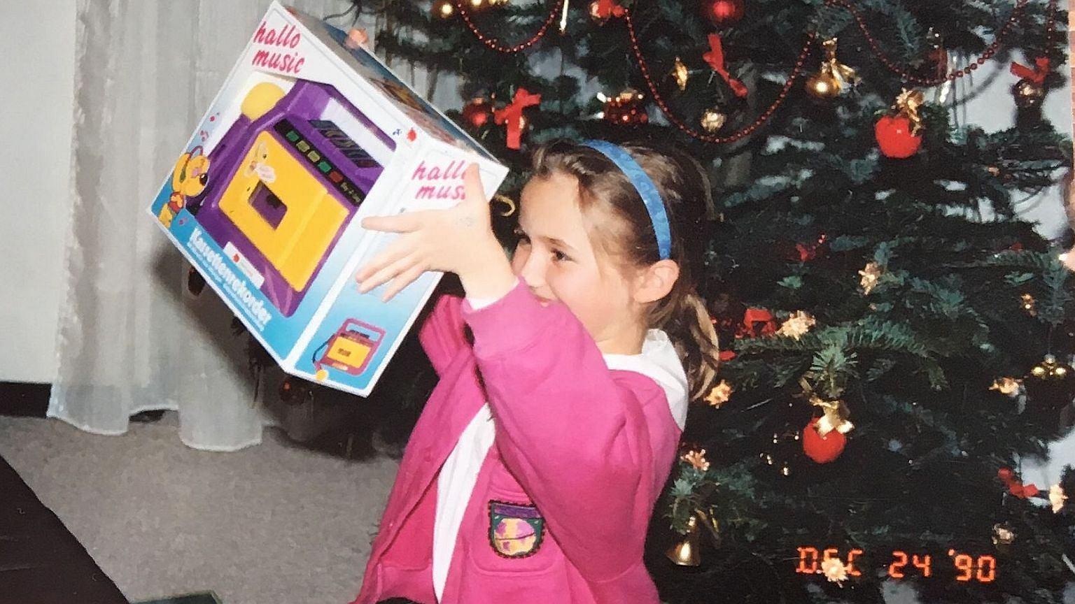 Emilia Smechowski z prezentem świątecznym