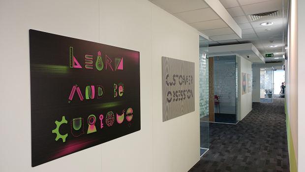 Plakaty inspirujące pracowników Centrum Rozwoju Technologii Amazon
