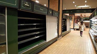 Puste półki w sklepie Alma we Wrocławiu