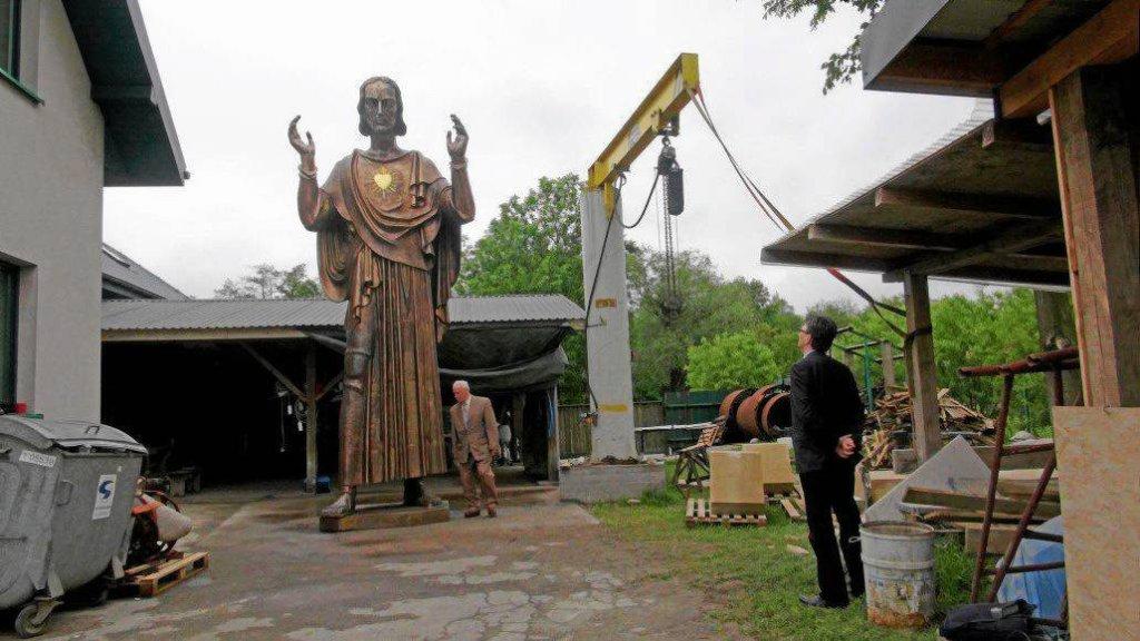 Figura Chrystusa - część poznańskiego pomnika Wdzięczności - w pracowni rzeźbiarza Michała Batkiewicza pod Krakowem