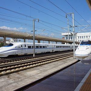 Dwa pociągi CRH2 z serii Hexie. Licencyjny japoński Shinkansen E2 firmy Kawasaki
