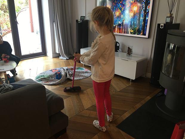 Dzieci lubią pracować z nami, pomagać nam w prostych codziennych czynnościach
