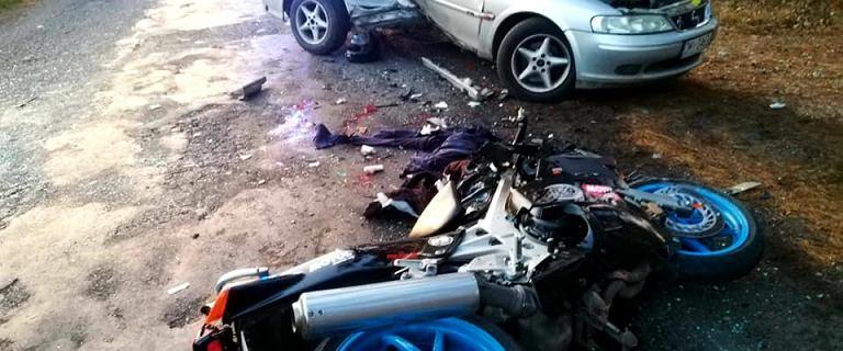 Dolnośląskie. Motocyklista z ogromną siłą uderzył w samochód. Nie żyje