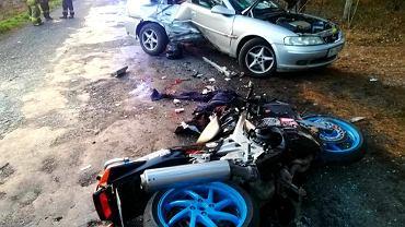 Wypadek pod Cieszkowem. Motocykl zderzył się z samochodem osobowym