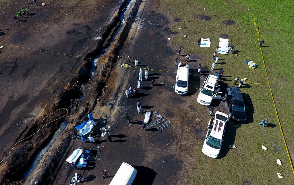 76 ofiar wybuchu benzyny z przewierconego rurociągu. Mimo że wyciek został wykryty, mimo że przyjechało wojsko, benzyna sikała przez dwie godziny, aż wybuchła. Tlahuelilpan, Meksyk, 19 stycznia 2019