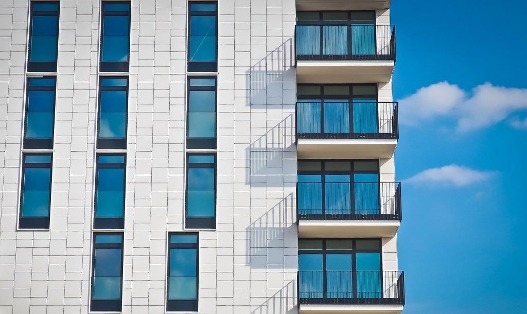 Budynek z dużymi oknami