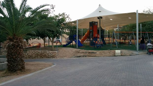 Plac zabawa w kibucu Ketura. Dzieci w kibucu wychowują się razem.
