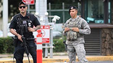 Strażnicy przed główną bramą bazy wojskowej w Pearl Harbor