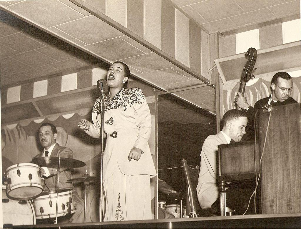 Billie Holliday śpiewa w klubie Bali w Waszyngtonie, 1948 r. (fot. Ralph F. Seghers c/o Ken Seghers / Wikimedia.org / CC BY-SA 2.0)