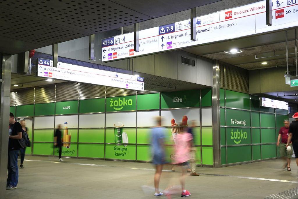 Żabka na stacji metra Dworzec Wileński
