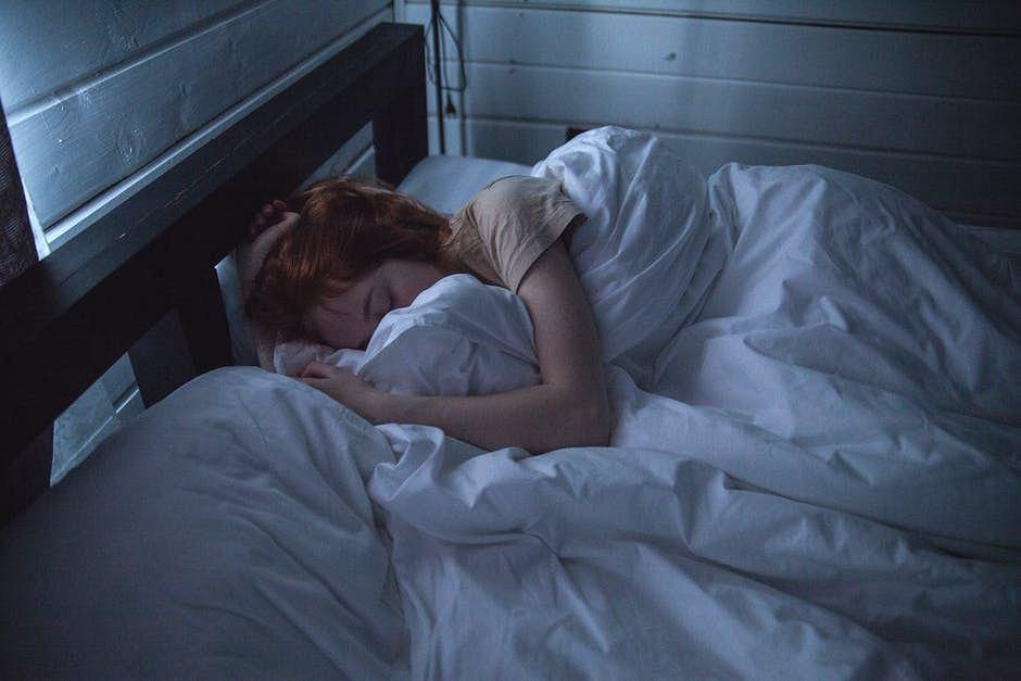 Śni Ci się spadanie? kładziesz się do łóżka zestresowany