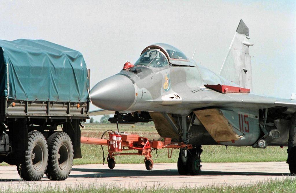 Myśliwiec MiG-29 holowany na płycie lotniska w MIńsku Mazowieckim. 24 maja 2001