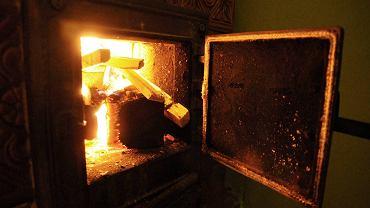 Kopciuch, czyli piec węglowy starego typu. Zdjęcie ilustracyjne