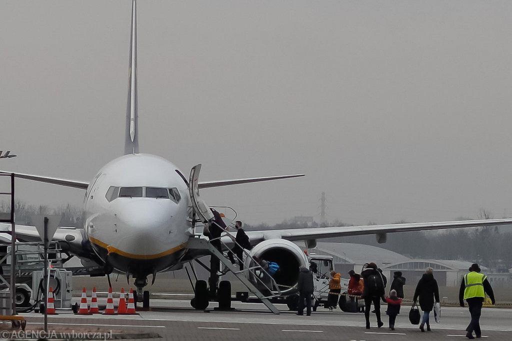 Zakaz połączeń lotniczych z Wielką Brytanią przez mutację koronawirusa. Na łódzkie lotnisko przyleciał jeden z ostatnich samolotów przed przerwą spowodowaną rządowym zakazem