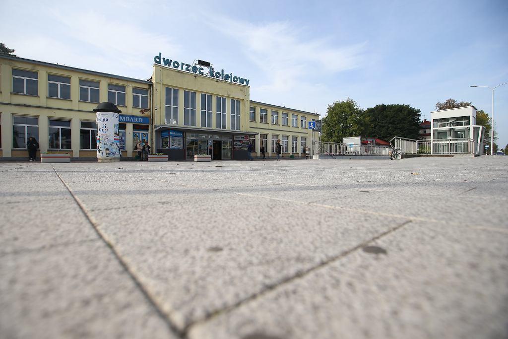 Przykład betonozy w Koszalinie. Pozbawiony zieleni plac przed dworcem kolejowym