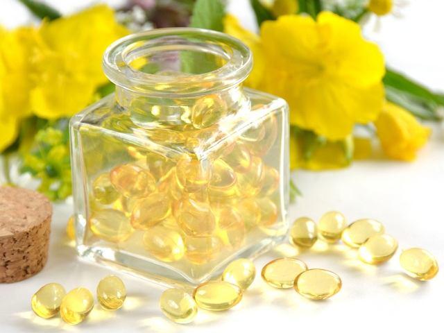 Oprócz oleju, który możemy dodać np. do sałatki, olej z wiesiołka dostępny bywa w formie kapsułek - jako suplement diety, dostarczający m.in. niezbędnych nienasyconych kwasów tłuszczowych.