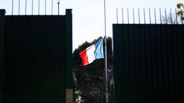 Flaga Francji opuszczona na znak żałoby